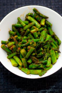 Chili and garlic powder transform asparagus into a flavor packed side dish. And if you want to walk on the wide side, add bacon. Side Dish Recipes, Veggie Recipes, Paleo Recipes, Real Food Recipes, Easy Recipes, Chili Spices, Clean Eating, Healthy Eating, Healthy Foods