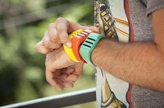 Le Kapture ne permet en effet que d'enregistrer du son. Mais pas n'importe comment. En fait, ce bracelet enregistre en continu, et conserve en mémoire les 60 dernières secondes, avant de les effacer pour faire de la place aux 60 secondes suivantes. Dès que l'utilisateur veut conserver un moment, une bribe de conversation ou un son précédemment entendu, il lui suffit d'appuyer sur un bouton.