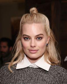 """Para a pré-estreia de """"Z for Zachariah"""", em janeiro, a atriz Margot Robbie investiu no penteado mais polido, com madeixas lisas e coque modelado"""