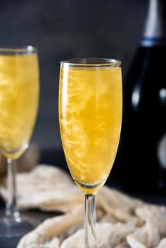 Gold Shimmery Champagne Cocktail - an easy shimmery New Year's Eve Cocktail that is perfect as any celebration cocktail. Get the recipe for this floral and bubbly, elderflower champagne cocktail with non alcoholic options too. New Years Eve Drinks, New Year's Drinks, Gold Drinks, New Year's Eve Cocktails, Craft Cocktails, Elderflower Champagne, Champagne Cocktail, Signature Cocktail, Cocktail Drinks