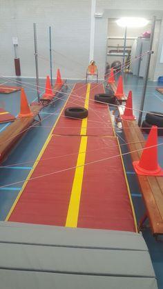 Lasergame.... Wie weet de overkant te halen zonder de lasers aan te raken. Kids Gym, Kids Sports, Motor Activities, Activities For Kids, Teach Dance, Pe Lessons, School Sets, Escape Room, Parkour