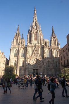 Catedral de Barcelona. La Catedral de la Santa Cruz y Santa Eulalia (también llamada, en lugar de catedral, Seo, o Seu en catalán) es la catedral gótica de Barcelona, sede del Arzobispado de Barcelona, en Cataluña, España.