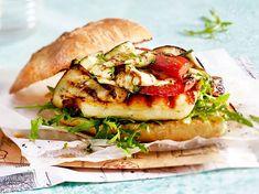 Unser beliebtes Rezept für Burger mit Halloumi und Grillgemüse und mehr als 55.000 weitere kostenlose Rezepte auf LECKER.de. Salmon Burgers, Grill N Chill, Breakfast Snacks, Summer Bbq, Vegetarian Cooking, Cuisines Design, Low Carb Keto, Baking Recipes, Diet