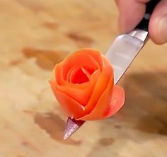 Who knew it would be so easy to make a tomato rose? Who knew it would be so easy to make a tomato ro Food Garnishes, Garnishing, Snack Recipes, Cooking Recipes, Cooking Tips, Fruit And Vegetable Carving, Food Carving, Catering Display, Fruit Art