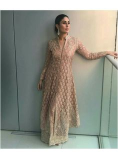 Bollywood popular actress Kareena Kapoor Khan new picture and wallpaper gallery. Latest hd image gallery of actress Kareena Kapoor Khan. Bollywood Outfits, Pakistani Outfits, Bollywood Fashion, Indian Outfits, Bollywood Style, Kurta Designs, Dress Designs, Indian Attire, Indian Wear