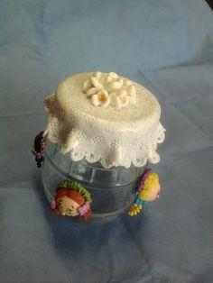 Pote com tampa decorado em biscuit e lateral com bonecas e tecido.Feito a mão e sob encomenda.