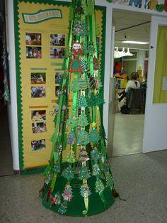 Arbre de Nadal amb nadales fetes pels pares
