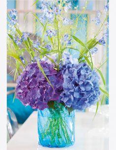 Bouquet de campagne  Hortensias bleus et violets avec des fleurs des champs et des graminées pour un effet décoiffé.