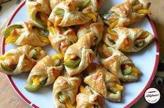 Pateuri festive cu foietaj Fruit Snacks, Vegan, Shrimp, Good Food, Fun Food, Sprouts, Vegetables, Food Ideas, Funny Food