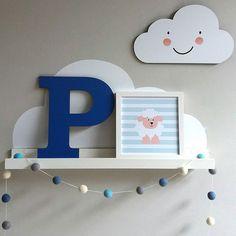 Eba, tem mais novidade na 'lojinha'!!! Compre em: www pendurama.com.br #correnaloja  Busque por Placa Nuvem, Prateleira Nuvem, Quadro Ovelhinha (esse é o 20x20), Letra Estampada (essa é lisa, cor 10) e Cordão de Bolinhas que ficou lindo nas cores azul, branco, turquesa e cinza!!! Unique Shelves, Baby Art, Baby Boy Rooms, Baby Room Decor, Baby Pictures, Girl Room, New Baby Products, Baby Kids, Nursery