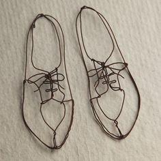 Shoe Fetish Sculptures Sur Fil, Sculpture Art, Wire Sculptures, Abstract Sculpture, Bronze Sculpture, Stylo 3d, Art Fil, Wire Drawing, 3d Pen