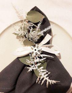 Table de Noël | Creativy Decoration, Napkin Rings, Napkins, Brooch, Home Decor, Grey Plates, Christmas Tabletop, Noel, Decor