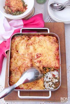 Deze zalmlasagne met scampi, spinazie en tomaat is om te smullen. Er blijft niks van over, zo lekker is deze lasagne. Ook maken? Lees verder op BonApetit!