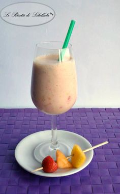 Come preparare un cremoso e fresco frappè alla frutta. Una bevanda fresca e nutriente, preparata con melone, fragole e pesca frullate con ghiaccio e gelato.