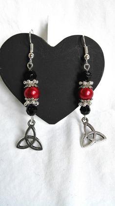 Boucles d'oreilles sorcières charmed triquetra rouges et noires - sortilège magique : Boucles d'oreille par miss-perles