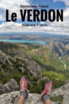 Itinéraire pour une randonnée de 4 à 5 jours dans les gorges du Verdon en France. Au départ de Castellane nous avons marché jusqu'au village de Moustier-Sainte-Marie en passant par les gorges du Verdon et son fameux sentier blanc-Martel. Une magnifique randonnée en France à découvrir!