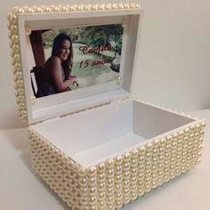 A caixa de pérolas por dentro com mensagem personalizada, a ideia foi colocar uma almofada para prender o anel de 15 anos e depois ser útil para aniversariante. #caixamdf #caixadeperola #azuosartes #perolas #15anos #portaalianca #festa #birthday