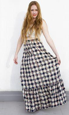 Falda de algodón larga (105cm) con un volante en el bajo, cierre con cremallera y botón. Lavable a 30 grados.