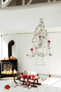 Un sapin de  Noël en carcasses d'abat-jour blanc avec guirlandes de cotillons et cornets de cadeaux rouges