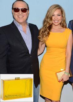 THALÍA La cantante Thalía se lució en la Semana de la Moda de Nueva York con un vestido amarillo, que complementó con un clutch cuadrado tr...