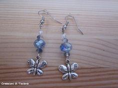 Orecchini con pietre blu e bianche e ciondolo farfalla in metallo