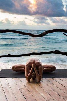 Yoga poses offer numerous benefits to anyone who performs them. There are basic yoga poses and more advanced yoga poses. Here are four advanced yoga poses to get you moving. Vinyasa Yoga, Yoga Bewegungen, Yoga Meditation, Yoga Nidra, Yoga Flow, Kundalini Yoga, Namaste Yoga, Yoga Art, Outdoor Yoga