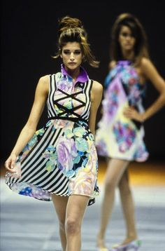 Stephanie Seymour Versace Spring 1992 Ready-to-Wear Collection - Vogue - Runway - Fashion 1990s Fashion Trends, 1960s Fashion, Fashion Show, Runway Fashion, Stephanie Seymour, Gianni Versace, Versace Brand, Vintage Versace, Fashion Leaders