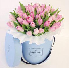 Шляпная коробка и тюльпаны
