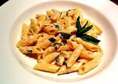 La ricetta delle penne al mascarpone viene preparata con una salsa a base di uova, parmigiano, sale e pepe a cui uniremo il mascarpone. Ecco tutti i i passaggi per le penne al mascarpone.