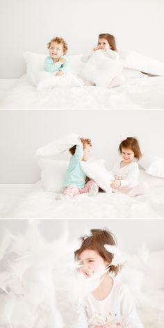 Retratos divertidos de guerra de travesseiro em Curitiba, fotografia de criança em estúdio.