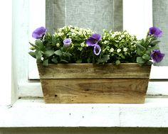 Une jardinière très simple à créer avec un peu de bois, quelques vis et une feuille de plastique.