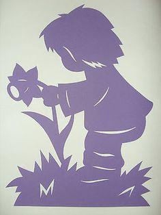 Fensterbild Frühling Tonkarton Junge m. Narzisse  lila filigran 29 cm
