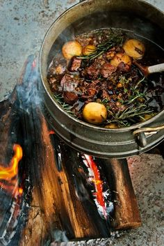 POTJIEKOS (direct translation: pot food) Slow cooked stew in a black cast iron pot a fire. South African Braai, South African Dishes, South African Recipes, Ethnic Recipes, Dutch Oven Cooking, Fire Cooking, Outdoor Cooking, African Stew, Best Camping Meals