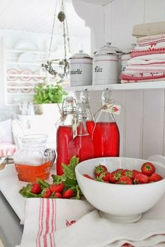 Red & White At Vibeke Design - Cozy Little House Red And White Kitchen, Red Kitchen, Nice Kitchen, White Kitchens, White Cottage, Cottage Style, Strawberry Patch, Strawberry Fields, Strawberry Juice