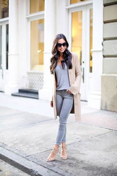 Grey skinny jeans with tan cashmere cardigan in Soho Cardigan Outfits, Casual Outfits, Cute Outfits, Gray Jeans Outfit, Outfits 2016, Gray Pants, Fall Winter Outfits, Autumn Winter Fashion, Vestidos