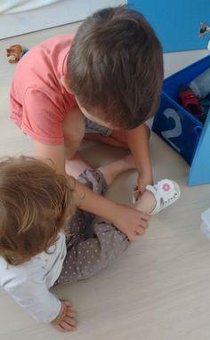 Vida Práctica: Ponerle los zapatos a un bebé  -  Practical Life: Putting on shoes on a baby • Montessori en Casa