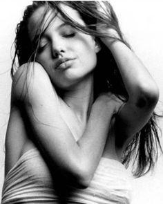 Revelada a primeira sessão fotográfica de Angelina Jolie