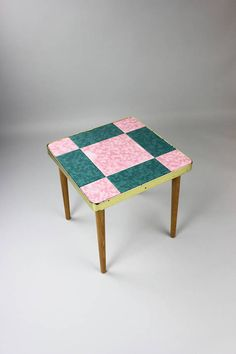 Vintage Blumentisch, Beistelltisch, Kachel Tisch, Nachttisch, Blumenhocker, Fliesentisch, rosa grün Eines meiner Lieblingsschätze ist dieser schöne Blumentisch. Ich finde die Farbkombination einfach toll. Das Tischgestell ist komplett aus Holz und die Tischplatte besteht aus 9 Kacheln und schließt mit einer Zierleiste ab. Ein sehr schönes Objekt als Beistelltisch, Blumentisch oder kleiner Kaffeetisch nutzbar. Der Tisch ist in einem guten Vintagezustand. Kacheln sind unbeschädigt. Die…