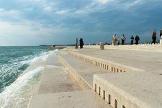 Luister hoe de zee een magisch muziekspel produceert aan de kust van de Kroatische plaats Zadar. Een bijzondere combinatie van mensenwerk en natuur.