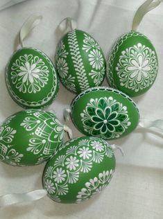 Kraslice-zelená Egg Crafts, Easter Crafts, Diy And Crafts, Easter Flower Arrangements, Easter Flowers, Easter Egg Designs, Ukrainian Easter Eggs, Easter Art, Egg Art