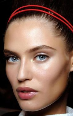 Bianca Balti - perfect makeup, dewy skin and adorable head band Bianca Balti, Dewey Skin, Beauty Make Up, Hair Beauty, Beauty Desk, Fresh Makeup, Clean Makeup, Glossy Makeup, Face Hair