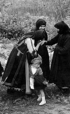 Greece early turn of the century from Thessaly Greece Pictures, Old Pictures, Old Photos, Greece Photography, Still Photography, Documentary Photographers, Famous Photographers, Greek Traditional Dress, Magnum Photos