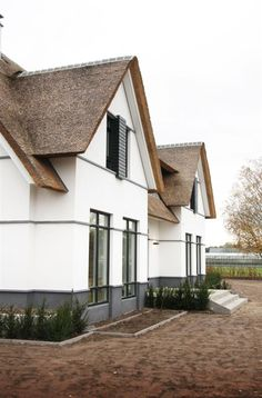 Two tone and thatched roof. D House, Thatched Roof, Cottage, Mansions Homes, House Goals, My Dream Home, Curb Appeal, Exterior Design, Future House