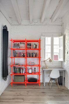 Du orange fluo pour réveiller un mur tout blanc.