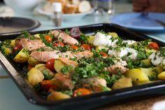 Leckerer Lachs mit viel frischem Gemüse aus dem Ofen. Schnell, einfach, gesund.