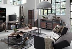 table basse style industriel en bois et métal dans le salon blanc aménagé avec un canapé gris, un tapis rayé noir et gris et un buffet vintage en bois