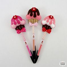 Ponteira de lápis ou caneta decorada com um cupcake de cobertura feito em feltro bordado à mão.