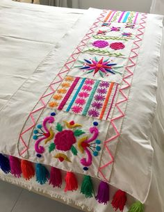 Cushion Embroidery, Hand Embroidery Videos, Mexican Embroidery, Flower Embroidery Designs, Hand Embroidery Patterns, Ribbon Embroidery, Embroidery Stitches, Bed Cover Design, Embroidered Bedding