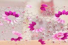 Atelier de Broderie Lanel - Creation d'un echantillon sur un metier avec paillettes, perles, cuvettes, roses montees, boules facetees. L'ouvrage est positionné sur la face envers