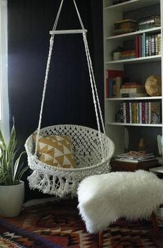 DIY Hanging Macramé Chair - This chair looks like it can be in a catalogue!